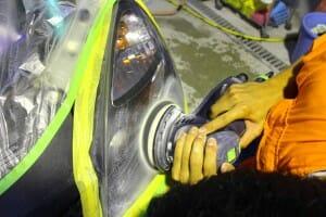 ヘッドライト磨き 黄ばみ取り 研磨中