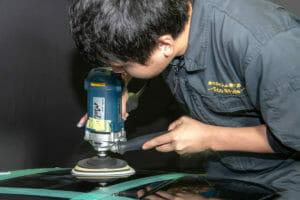 車のコーティング シングルポリッシャーで研磨中 田中翔 艶を最大限に引き出す車磨き研磨技術