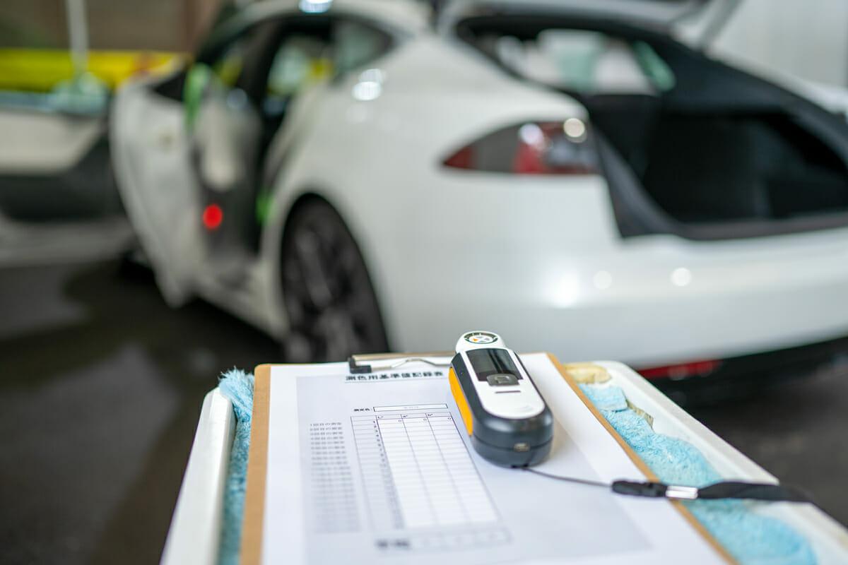 測色計で車の塗装状態を把握 テスラS